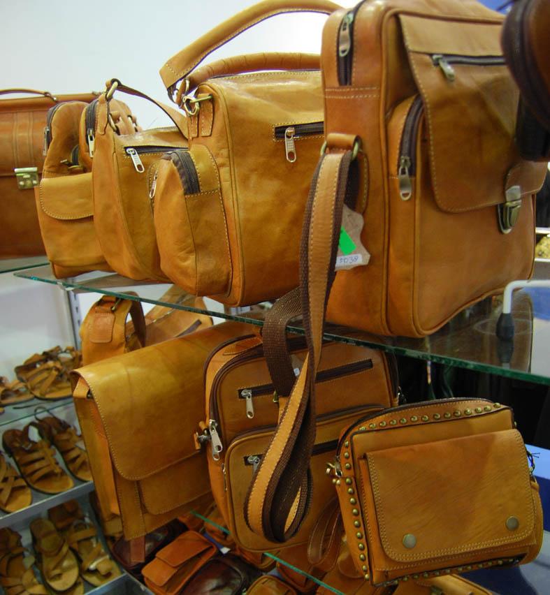 Produk Santadoges Reza. Produk kerajinan kulit bekasi yang berkualitas tinggi. (foto: ujungaspal.com)